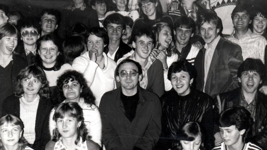 Adam Rucki (uprostřed) s mládeží před odebráním státního souhlasu v roce 1984 před kostelem v Třinci-Gutech. Zdroj: Paměť národa