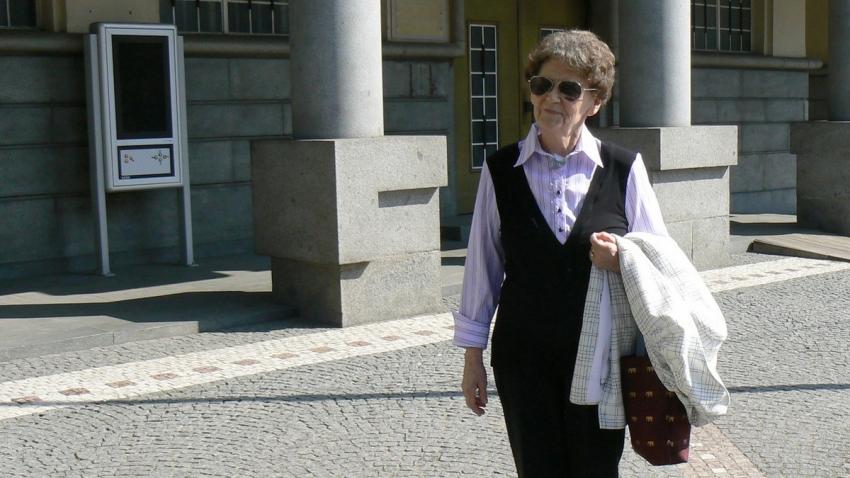 Anna Štichauerová před dveřmi do bývalého Gestapa (dnes Krajský úřad). Zdroj: Paměť národa/Teresa Babková