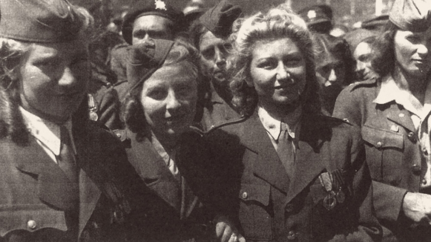 Anna Rusinová, uprostřed v květnu 1945 v Praze. Foto: Paměť národa/archiv dcery PhDr. Helen Volet