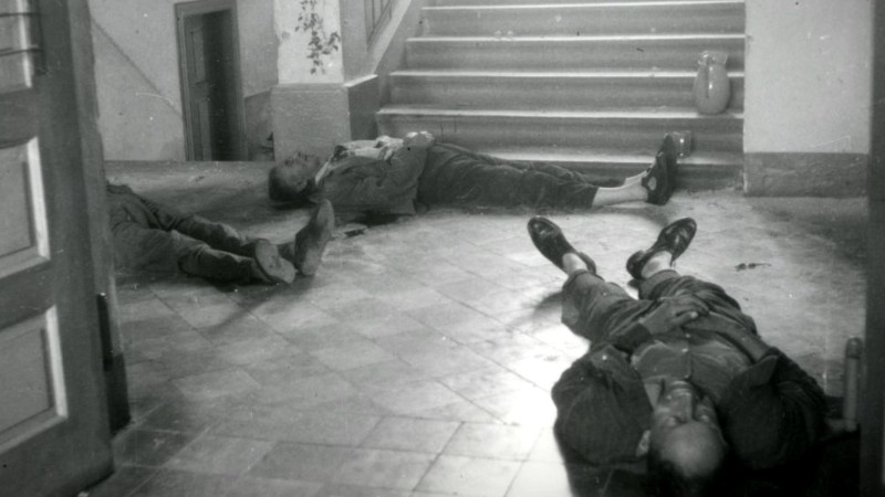 Pohled na zavražděné - vpředu Bohumír Netolička, u schodů Tomáš Kuchtík, vlevo Josef Roupec. Zdroj: ABS