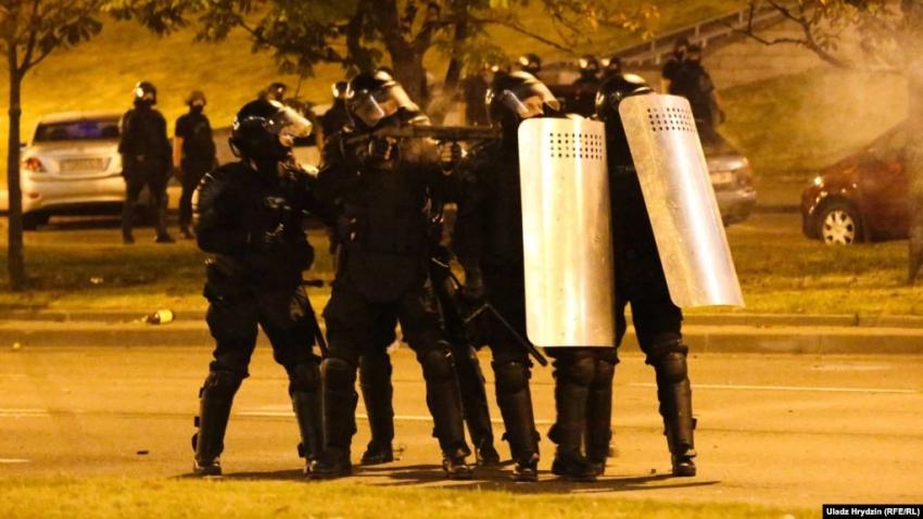 Běloruský fotograf Uladz Hrydzin zachytil v Minsku. v noci z 9. na 10. srpna 2020 příslušníky zásahové jednotky střílející gumové projektily do demonstrujících. Foto: Uladz Hrydzin/Rádio Svobodná Evropa/Rádio Svoboda