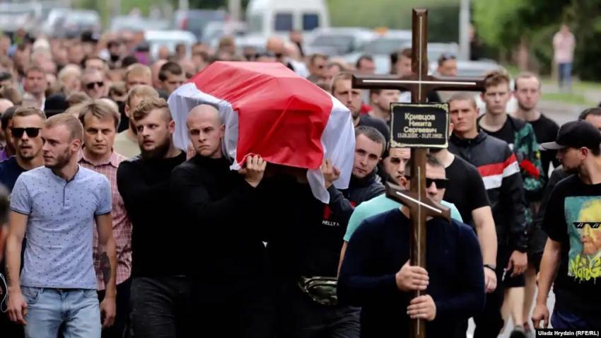 Pohřeb Mikity Kryutsoua 25. srpna 2020. Mikita zmizel po protestu 12. srpna. Jeho tělo bylo nalezeno o 10 dní později. Jeho smrt vzbuzuje mnoho otázek, podle úřadů šlo o sebevraždu. Foto: Uladz Hrydzin/Rádio Svobodná Evropa/Rádio Svoboda