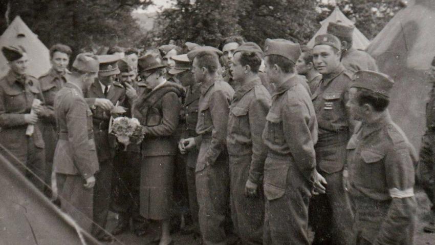 Návštěva Benešových v Cholmondeley 26. července 1940 měla neobyčejně dobrý vliv na morálku vojáků. Na fotografii Hana Benešová s generálem Viestem, který byl popraven během Slovenského národního povstání. Zdroj: Marcela Jurasová