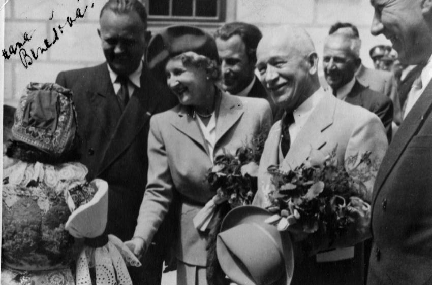 Prezident Beneš s manželkou Hanou (s jejím vlastnoruční podpisem vlevo nahoře). Foto: Paměť národa