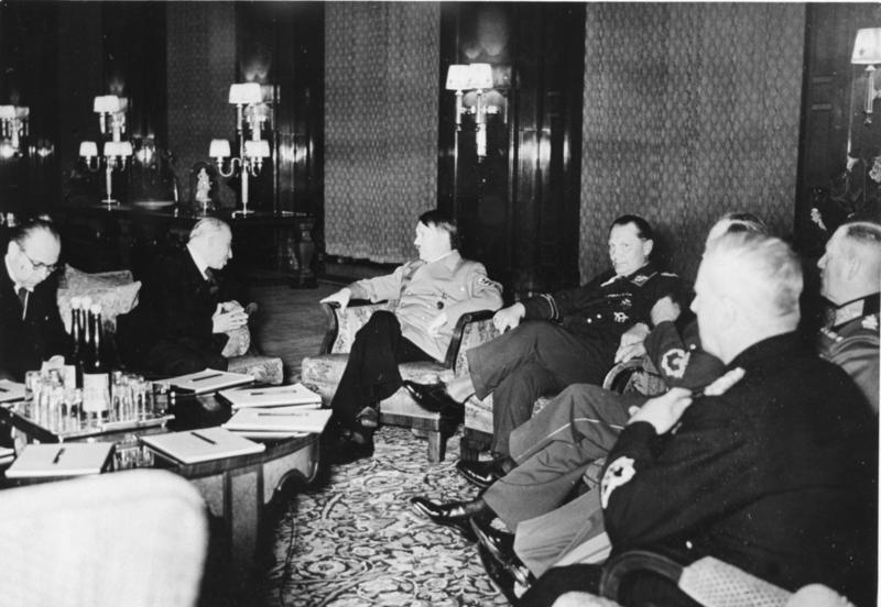 Prezident Hácha na jednání s Hitlerem v Berlíně v noci na 15. března 1939. Foto: Bundesarchiv Bild/Wikimedia Commons