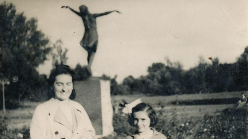 Bibiana s jednou ze svých starších sester u sochy Tanečnice v parku Skaryszewského ve varšavské čtvrti Praga v roce 1942.