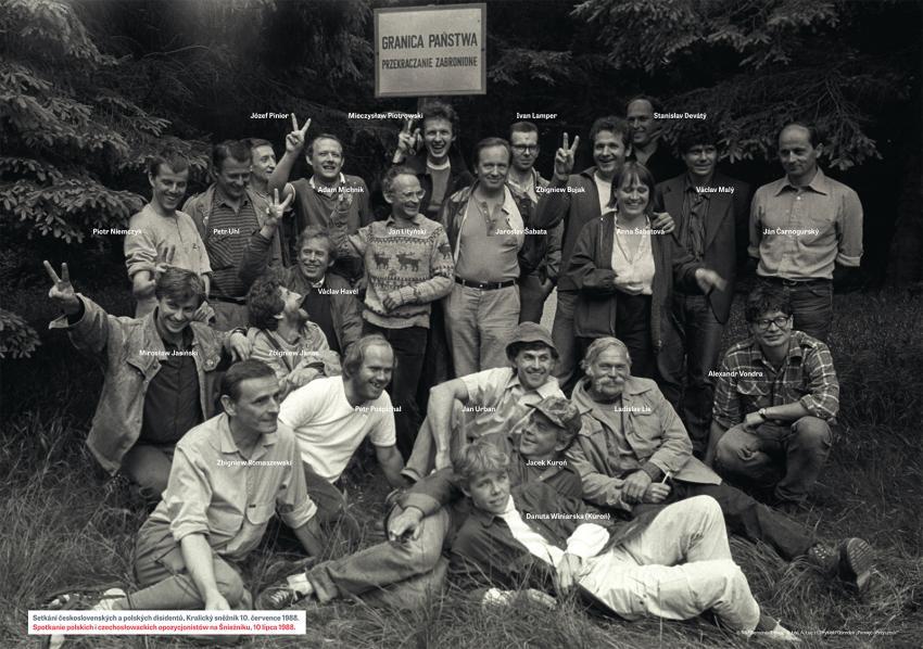 Společná fotografie ze setkání na Kralickém sněžníku v červenci 1988