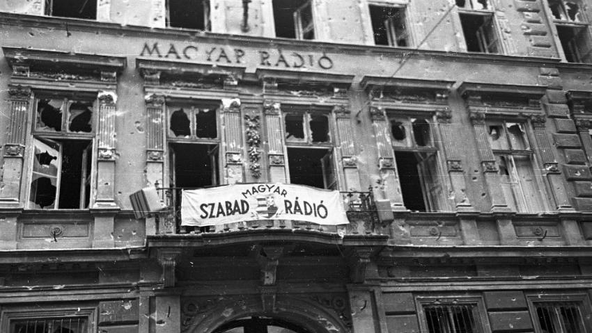 Rozstřílená budova maďarského rozhlasu v Budapešti během povstání. Foto: CC BY-SA 3.0