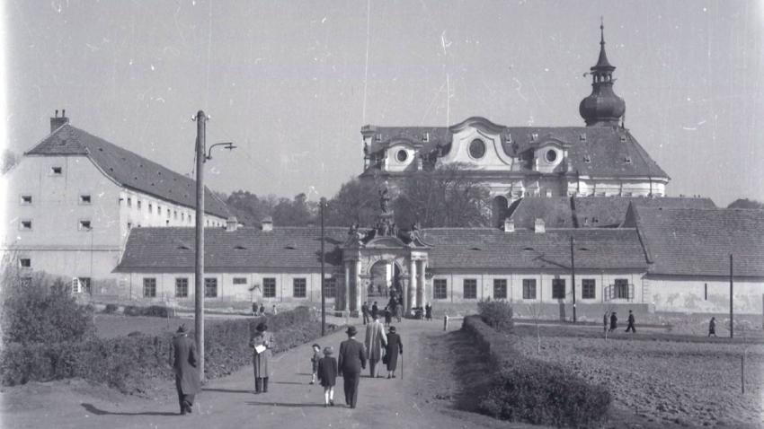 Břevnovský klášter před válkou, kde měli v bazilice sv. Markéty 1. prosince 1931 svatbu rodiče Věry Ďulové. Foto: Národní archív