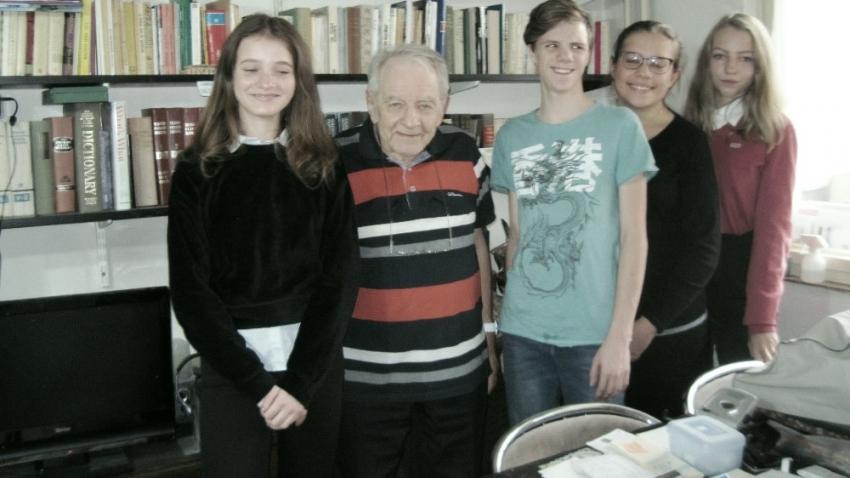 Jiří Březina s žákovským týmem, který jeho příběh zaznamenal. Foto: Post Bellum