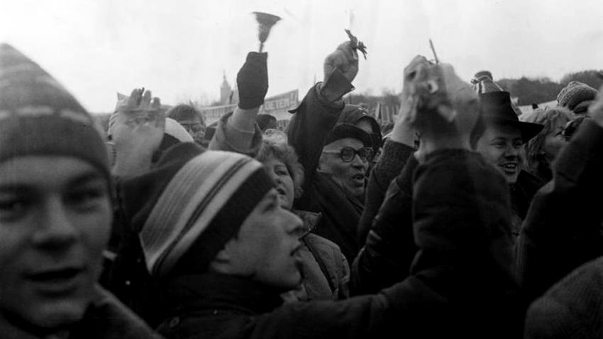 Na programu demonstrace na Letné, jejímž dramaturgem byl Petr Oslzlý, se podílel Petr Pithart. Foto Jan Bubeník