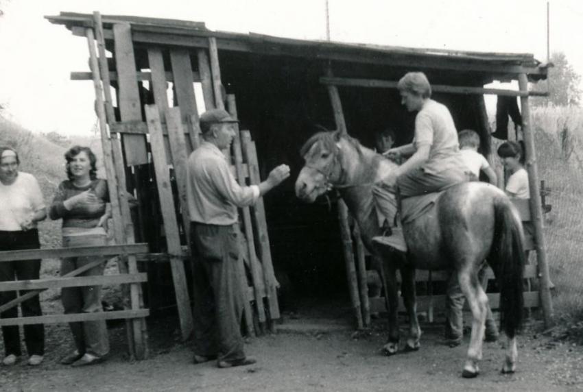 Jiřina Čechová na koni ve Stařeči asi 1985.
