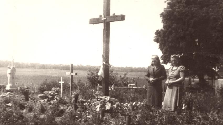 Antonie Kechrtová u hrobu zavražděných v Českém Malíně.