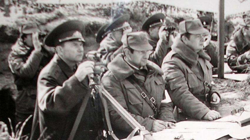 Eduard Vorobjov (vlevo) na cvičení ve Vojenském újezdě Hradiště v Doupovských horách. Zdroj: Paměť národa