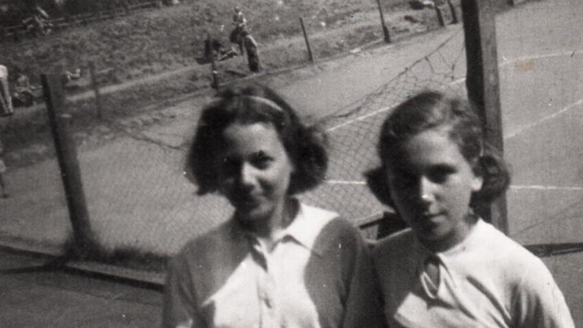 Dita Krausová, dívčím jménem Edita Polachová (vpravo), s kamarádou Rajou Engländerovou, provdanou Žádníkovou, na snímku z Hagiboru v roce 1941. Foto: Paměť národa