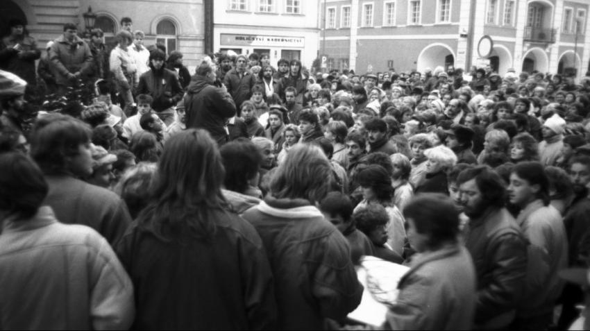 Každý den přicházelo na domažlické náměstí víc a víc lidí. Foto: Paměť národa