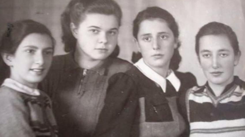 Edith Březinová (vpravo) s přítelkyněmi ze sionistického hnutí. Zleva: Eva Schweitzer (nevrátila se z koncentračního tábora), Margit Zantner a Alisa Fauská-Schiller (přežily). Foto: Paměť národa
