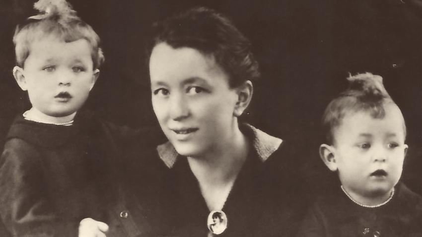 Se sestrou a maminkou v roce 1925. Zdroj: Paměť národa