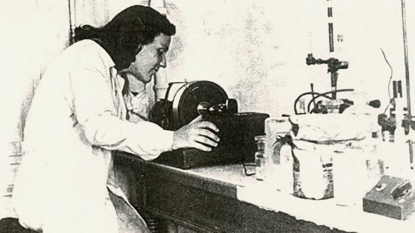 Eva Smolková-Keulemansová v laboratoři. Foto: Paměť národa