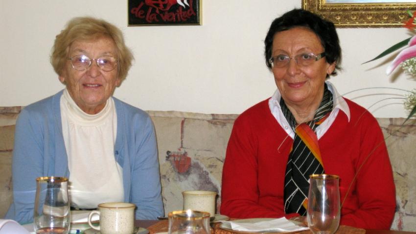 Sestry Eva Vaňková a Helena Kosková v roce 2012. Hovořit o smrti otce není pro ně jednoduché ani po desítkách let.
