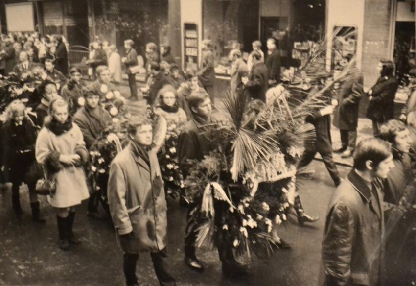 Fotografie z pohřbu Jana Palacha pořízená Zdeňkou Formánkovou