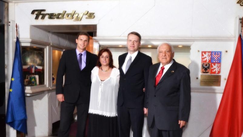 Freddy se svou ženou Diamantine před honorárním konzulátem v Rio de Janeiru. Foto: Ministerstvo zahraničních věcí ČR