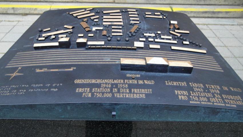 Pamětní deska na nádraží ve Furth im Wald připomíná vystěhování 750 tisíc Němců z Československa, pro které zde skončilo poválečné utrpení. Foto: Teresa Babková