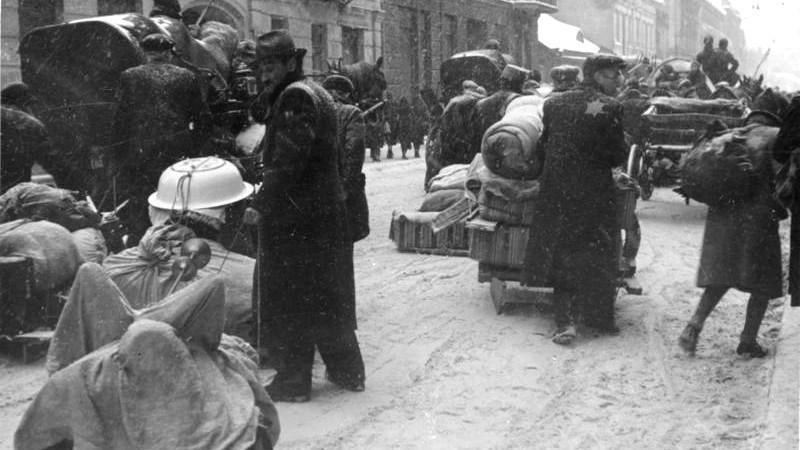 Stěhování Židů do ghetta pod hrozbou zastřelení v březnu 1940. Foto: Bundesarchiv, R 49 Bild-1311 / CC-BY-SA 3.0