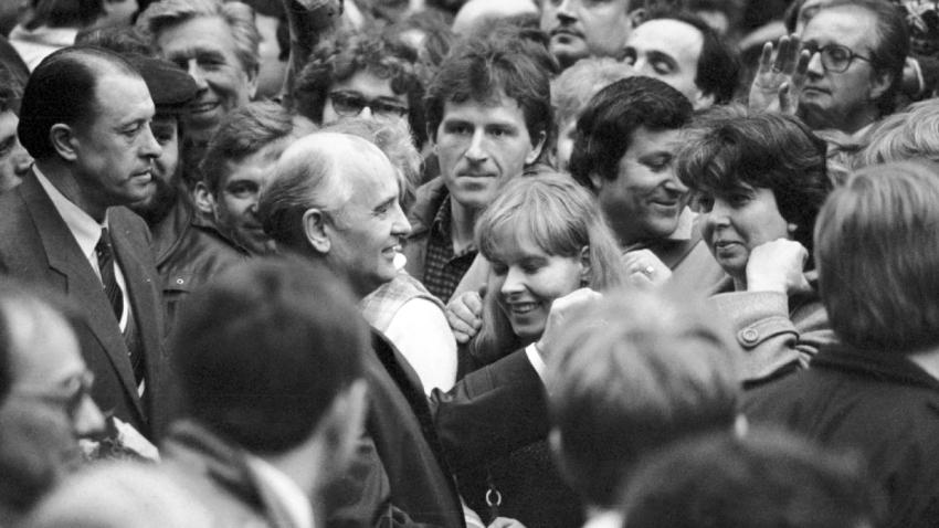 Sovětský politik, generální tajemník ÚV KSSS Michail Gorbačov mezi Pražany na peší zóně u Jungmannova náměstí při své návštěvě v Praze 9. dubna 1987. Foto: ČTK