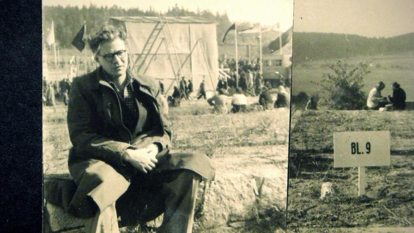 Polský vězeň Andrzej Reszczyński na vzpomínkové akci po válce v koncentračním táboře Gross-Rosen.