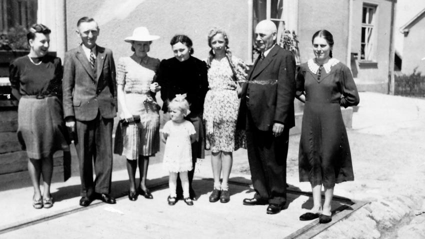 Rodina Eriky v roce 1943 před hospodou v Bolaticích, v jejímž sklepě přečkali přechod fronty. Foto: Paměť národa