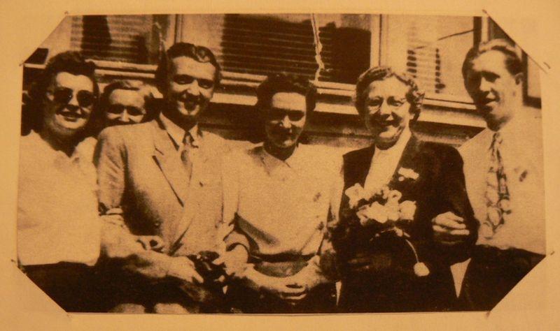 Milada Horáková, popravená komunisty 27. června roku 1950, na snímku z archivu Josefa Lesáka (MH druhá zprava, JL druhý zleva). Zdroj: Paměť národa