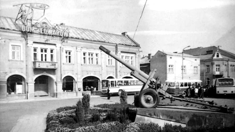 Houfnice, kterou Jaslu darovala ČSLA u příležitosti 20. výročí osvobození. Pomník byl z Jasla odstraněn v roce 1992 a převezen do muzea na Dukle.
