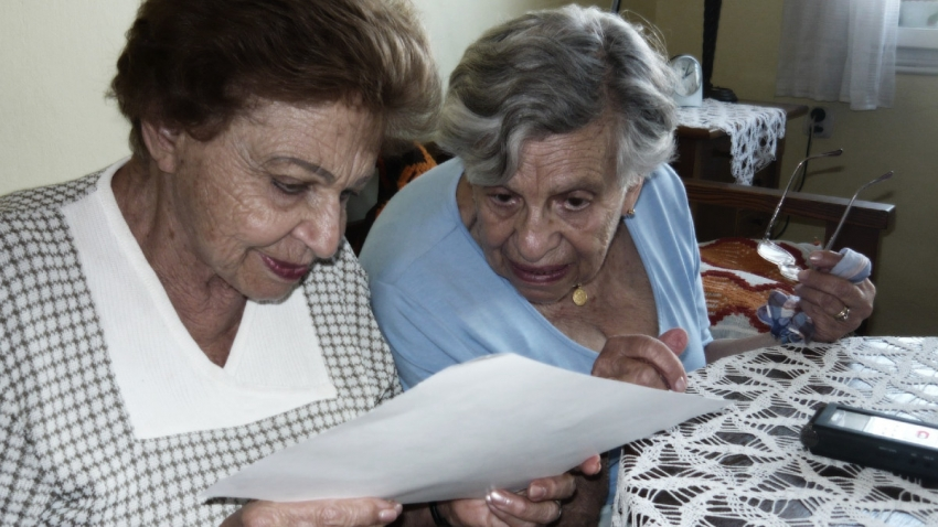 Margit Nováková a Ilsa Maierová nad fotografií z Auschwitz-Birkenau.