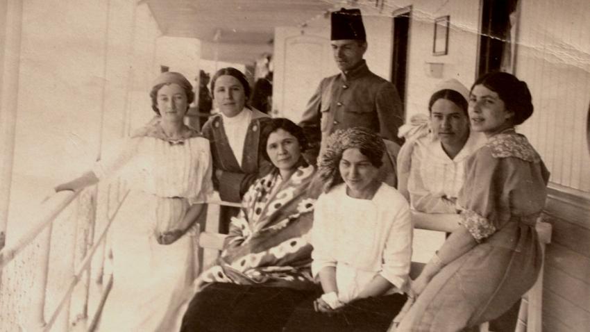 Babička Sofia napravo, uprostřed děda Nikolaj Sergejevič Irmanov, který bojoval na straně bělogvardějců proti bolševikům. Foto: Paměť národa