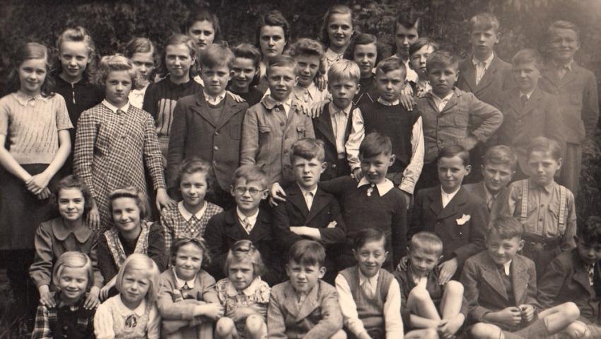 Se spolužáky v české třídě ve školním roce 1939-1940, Josef Tvrzník ve třetí řadě třetí zprava (v černé vestě). Foto: Paměť národa