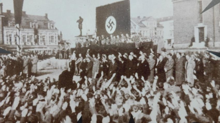 Shromáždění Němců u sochy Rüdigera na Horním náměstí v Jablonci nad Nisou na konci 30. let. Foto: Paměť národa