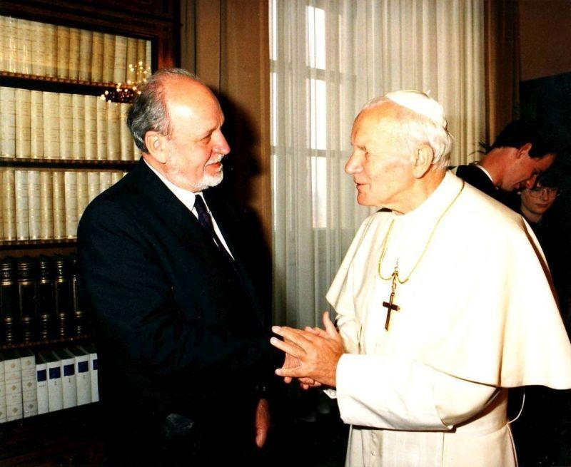 Papež Jan Pavel II. během setkání s rektorem Univerzity Karlovy Radimem Paloušem v 90. letech 20. století. Zdroj: Paměť národa / archiv Radima Palouše