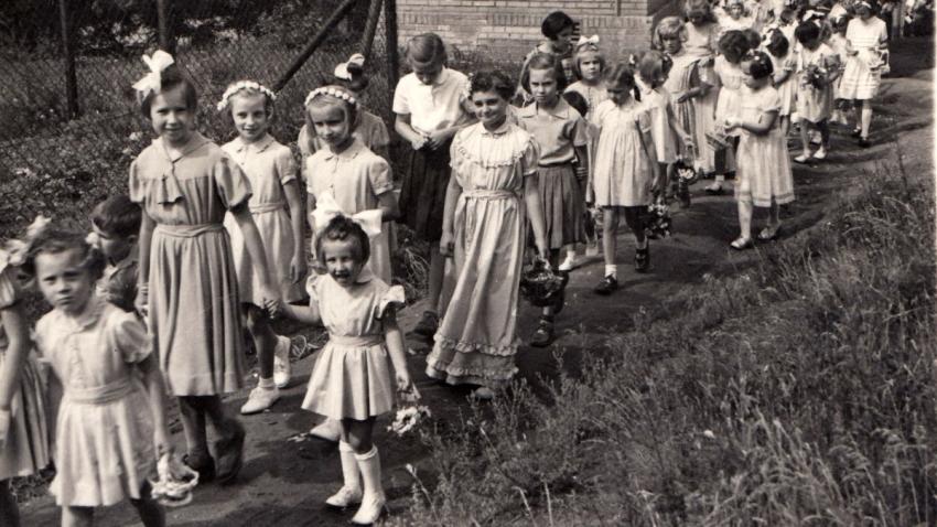 Jaroslava Poláková se sestrou dvojčetem na konci 50. let. Zdroj: Paměť národa