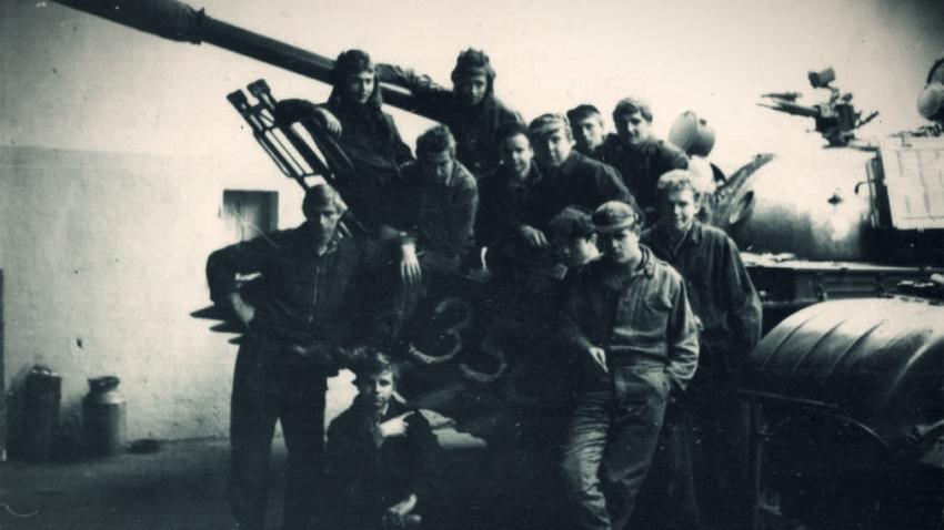 Jiří Krůžela s kolegy a s tankem v říjnu 1980. Zdroj: Paměť národa