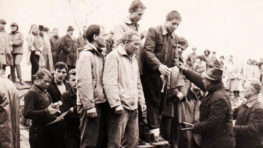 Jiří Lukšíček a jeho kamarád z jáchymovských lágrů Jiří Bláha na stupni vítězů (vlevo) při závodu při Závodu tří řek v roce 1965. Foto: Paměť národa