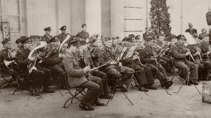 Jindřich na koncertě (spodní řáda, druhý zleva). Foto: Paměť národa