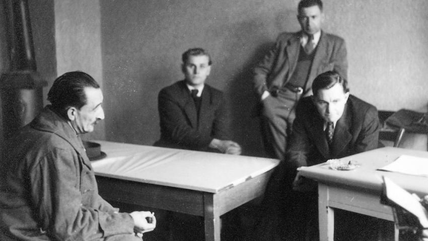 Velitel věznice Heinrich Jöckel (vlevo) u litoměřického soudu, který ho odsoudil k trestu smrti. Oběšen byl 26. října 1946. Foto: Karel Šanda