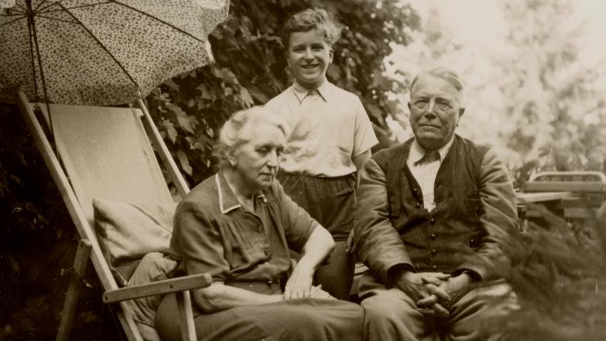 Ivan Havel s babičkou Josefou Vavrečkovou a Hugem Vavrečkou na Havlově na konci 40. let. Foto:archiv Ivana M. Havla