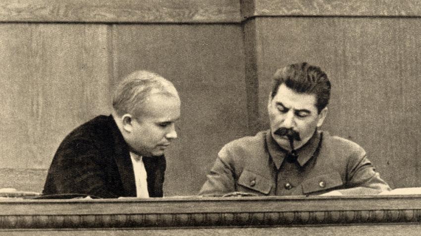 Nikita Sergejevič Chruščov s Josifem Vissarionovičem Stalinem v roce 1936. V té době podporoval Stalinovy čistky a schválil zatčení tisíců lidí. Zdroj: Wikimedia Commons