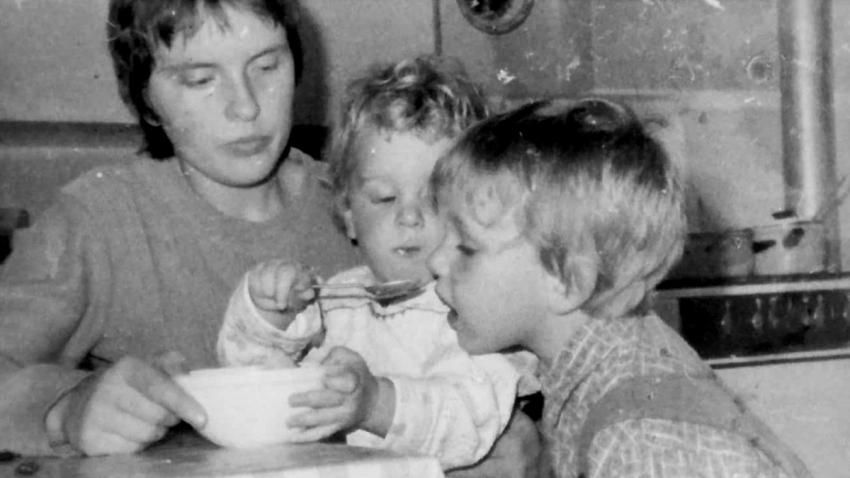 Hana se syny Janem a Petrem ve Vrchlabí v roce 1981. Foto: Paměť národa