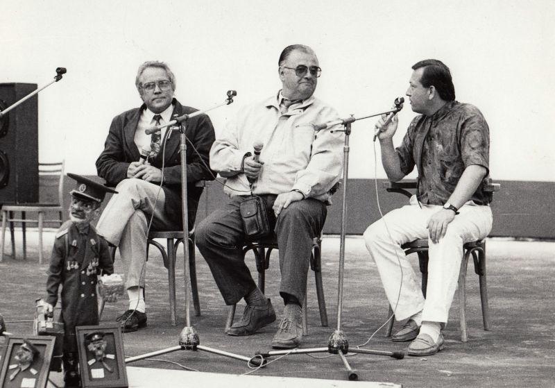 Rozlučka se Sověty v Mladé Boleslavi v roce 1991. Petr Kadaník na snímku vlevo. Zdroj: Paměť národa, 1991