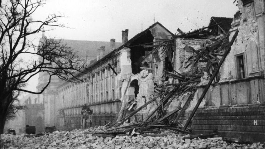 Nejvíce poškozené bylo Karlovo náměstí, včetně budovy bývalé jezuitské koleje. Foto Luftbilddatenbank