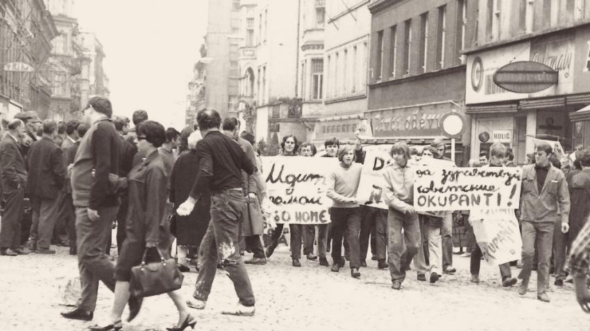 Demonstrace proti sovětské okupaci v Karlových Varech v srpnu 1968. Foto: Paměť národa