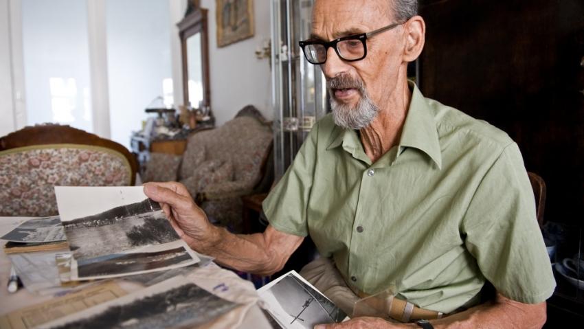 Ivan Kieslinger ukazuje fotografie ze skautských táborů a výprav.
